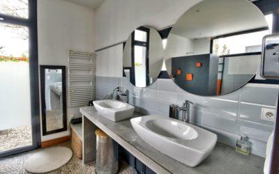 Photos d'une salle de bain pour la vente d'une maison d'architecte à Dommartin 69380 Chemin du Moutonnier