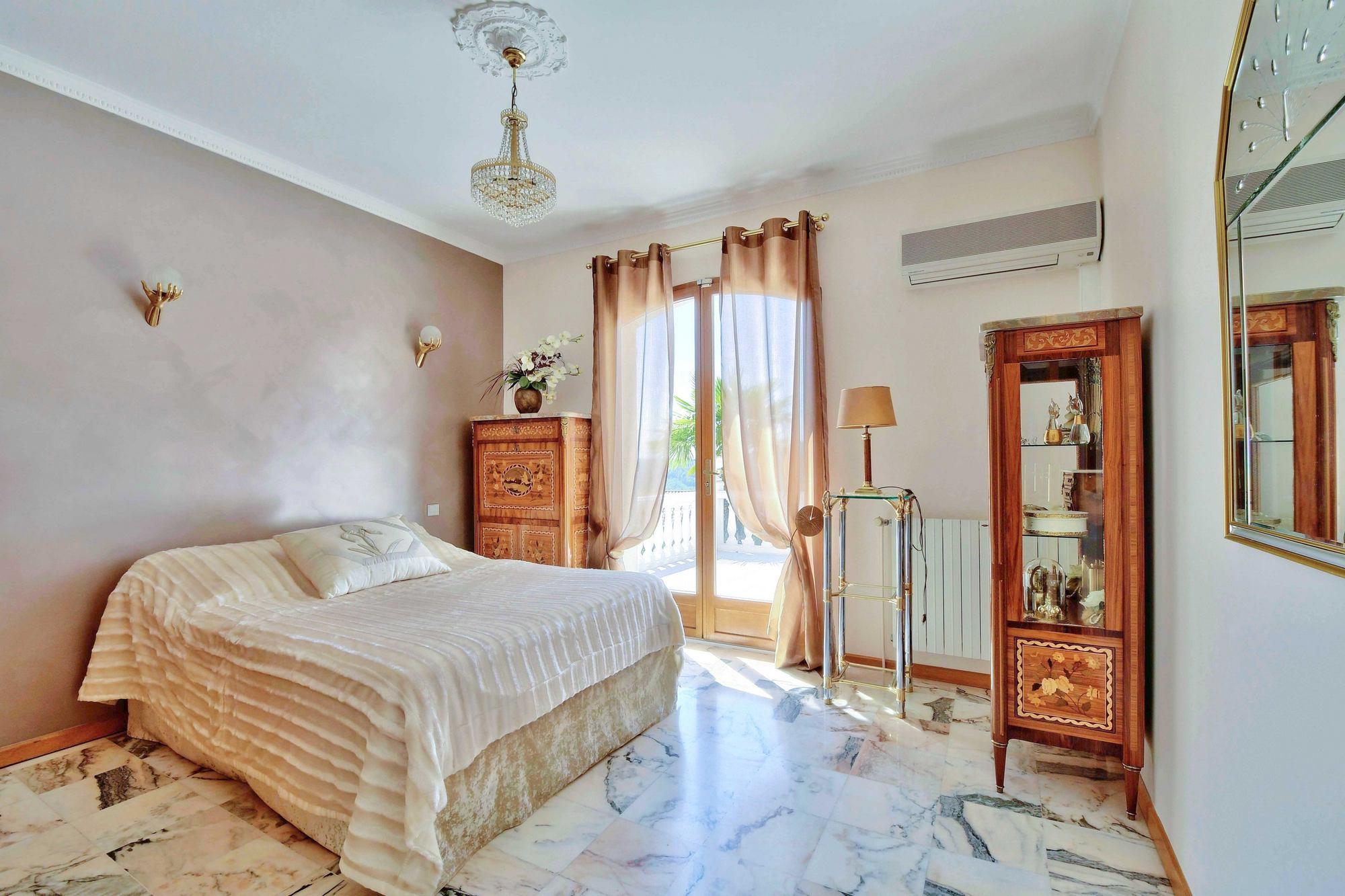 Chambre à coucher d'une maison à Couzon au Mont d'Or 69270 chambre Montée Georges Lyvet