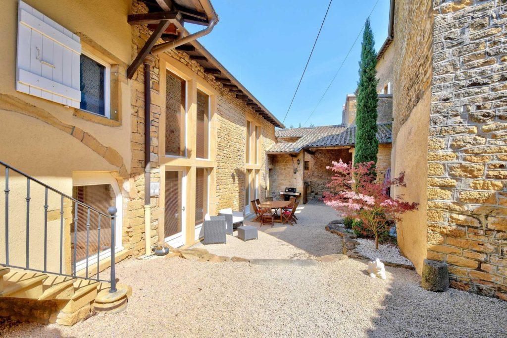 PHOTOS IMMOBILIER Ville sur Jarnioux 69640 Maison pierres dorées beaujolais Rue Mairie