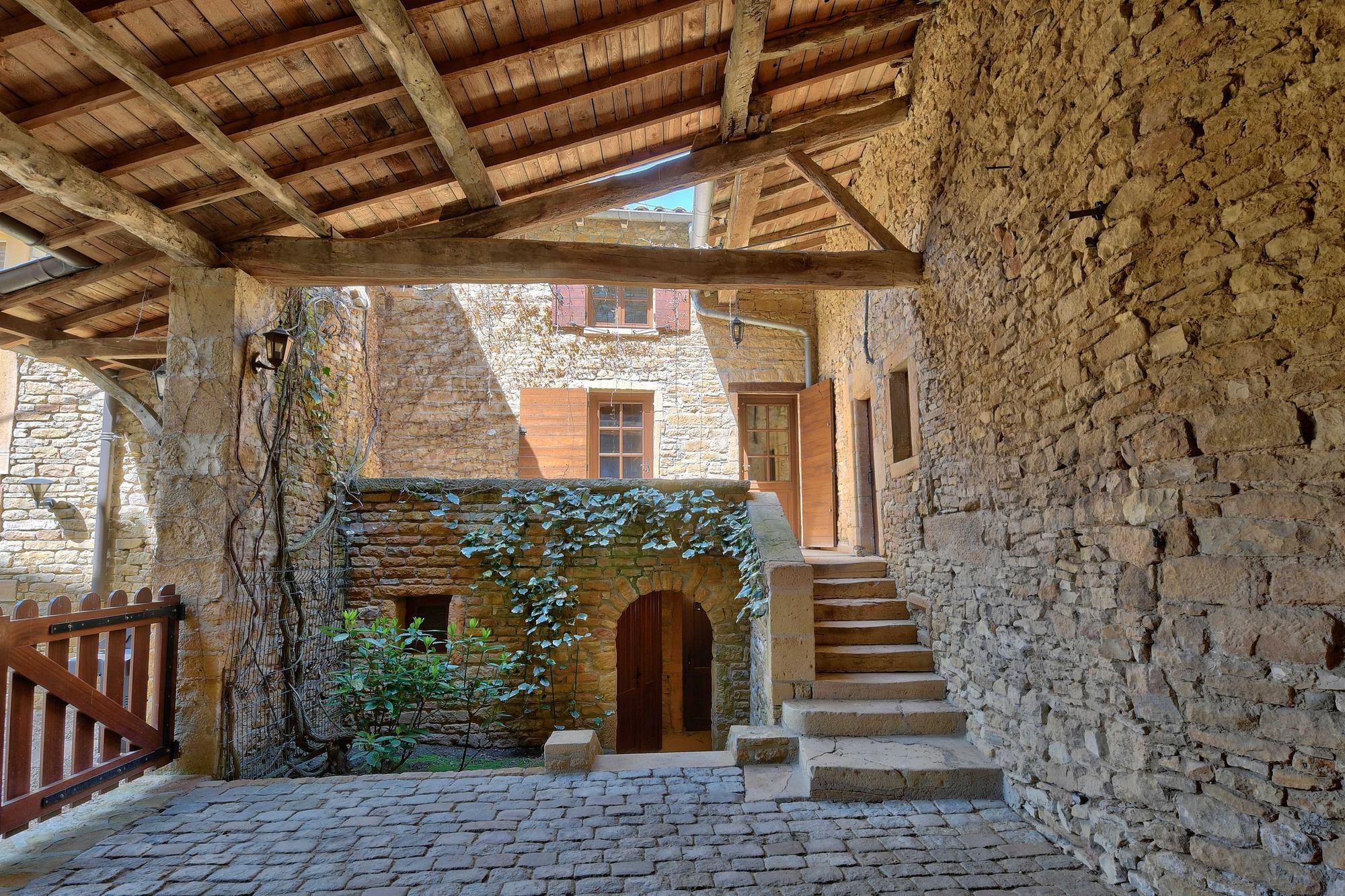 entrée maison en pierres dorées dans le beaujolais Rue de la Mairie 69640 Ville sur Jarnioux