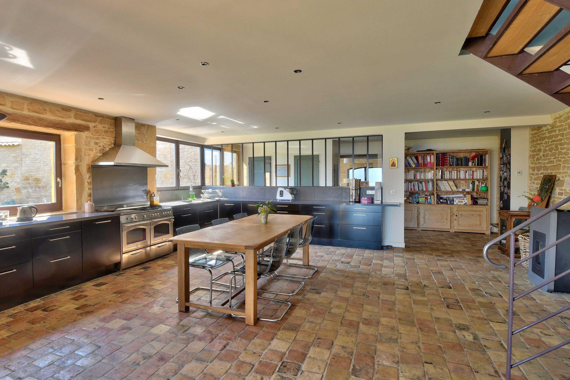 cuisine dans une maison en pierres dorées dans le Beaujolais à Ville sur Jarnioux 69640
