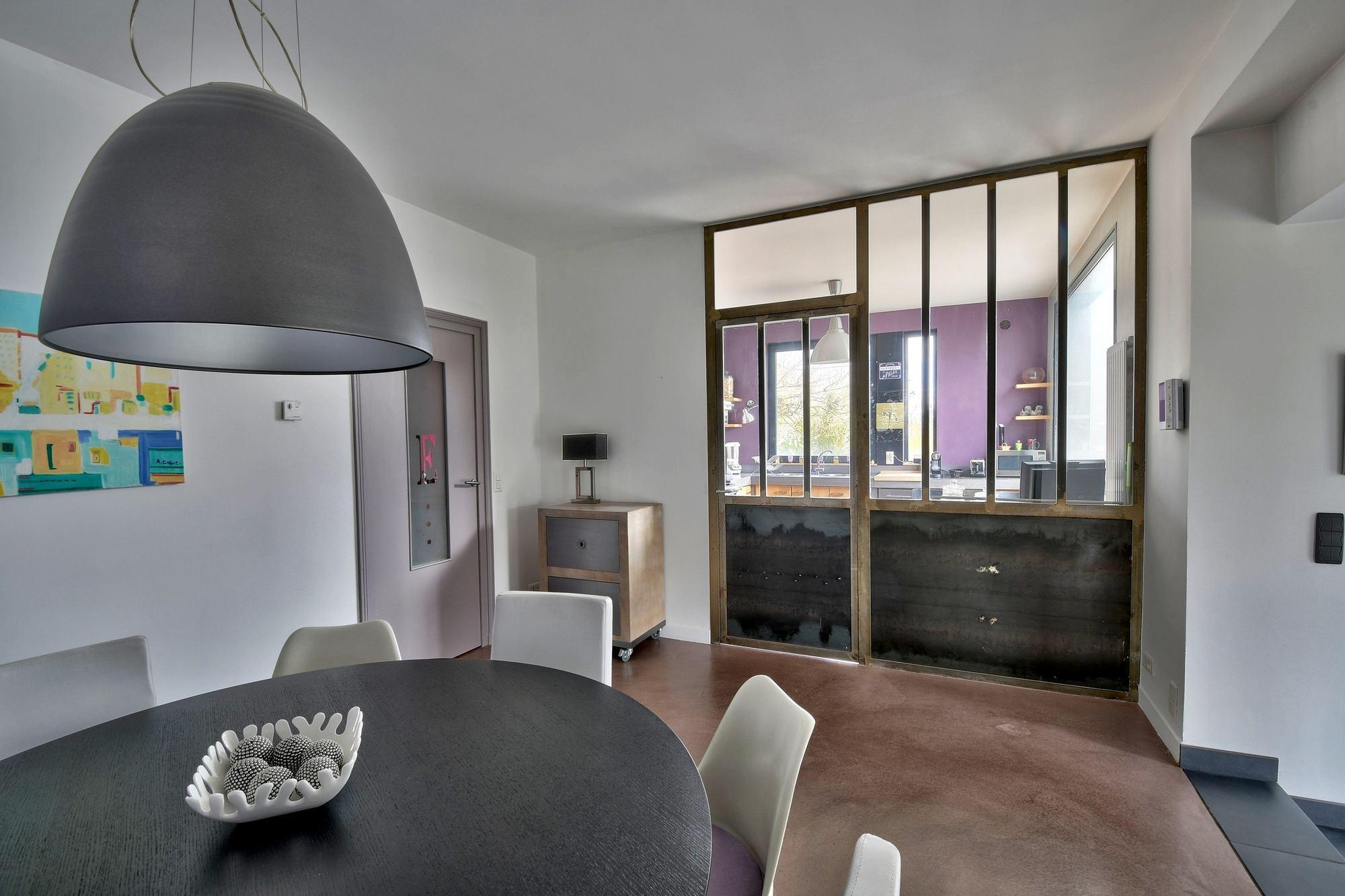 Photos du coin repas pour la vente d'une maison d'architecte à Dommartin 69380 Chemin du Moutonnier