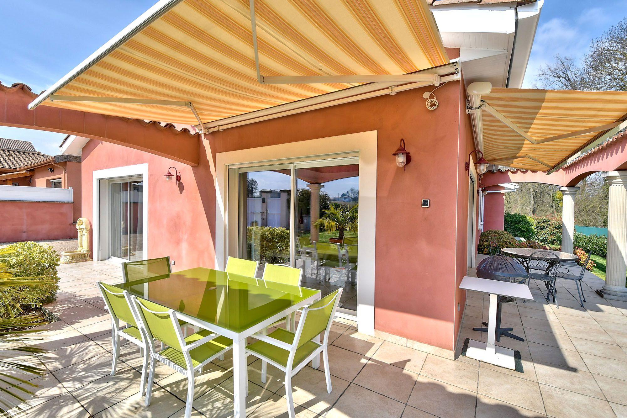 Photo d'une terrasse de maison extérieure avec store banne dans l'ain à Francheleins