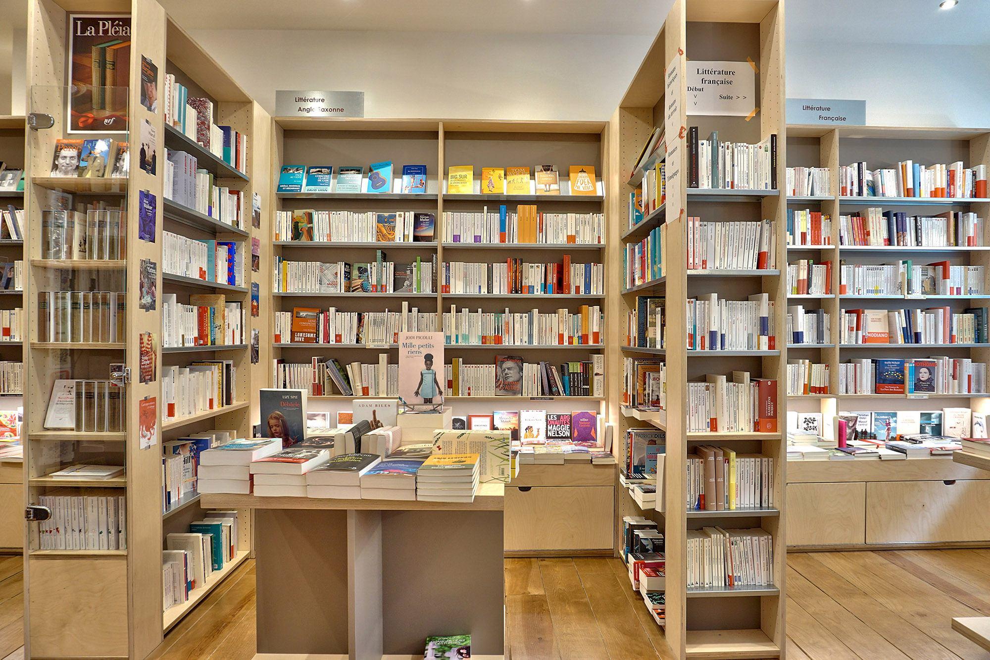 photo intérieur de la librairie réalisée pendant la visite virtuelle de La Maison Jaune