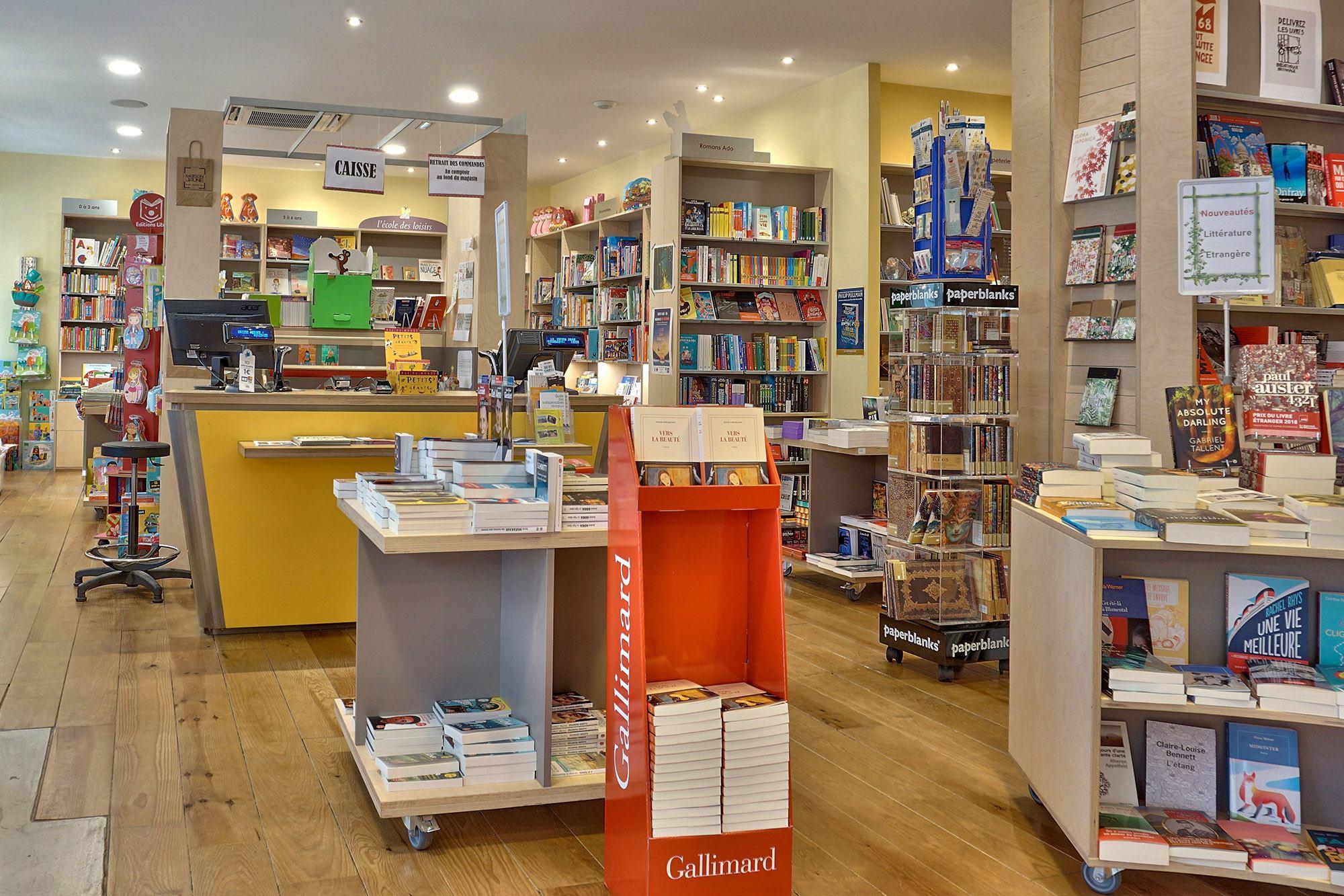 photo de l'ensemble du magasin de livres La maison jaune à Neuville-sur saône 69250 Rhone
