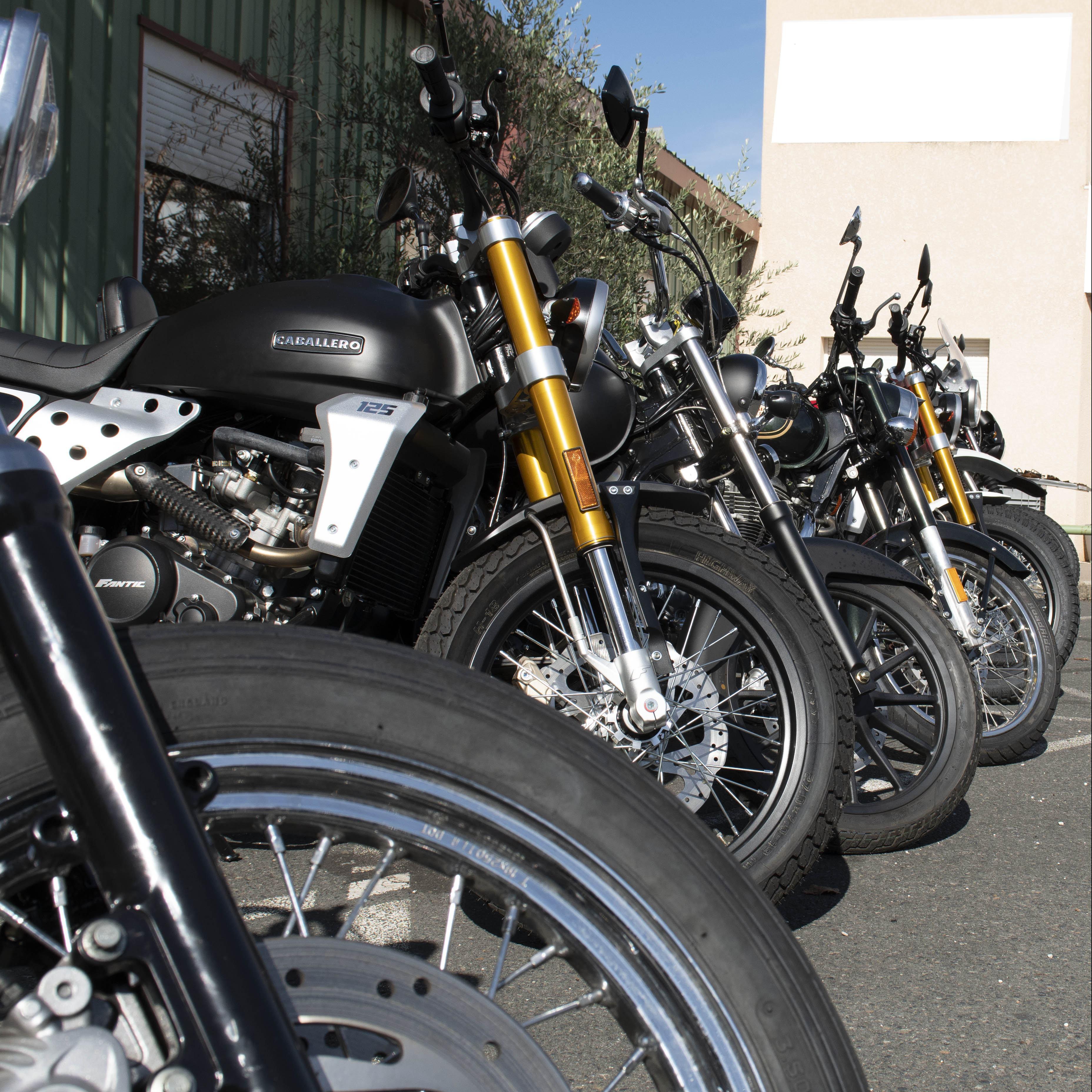 photo du stock extérieur de motos chez KS Motorcycles 69480 Amberieux